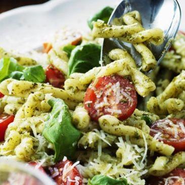 vegansk pastasallad med pesto