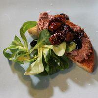 Svärmors kycklinglevermousse på smörstekt toast med balsamicoreduktion och fikon
