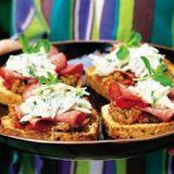 Bröd med salami och rostad aubergine