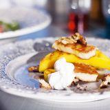 Grillade grilloumi- och mangoskivor med honung, yoghurt och valnötter