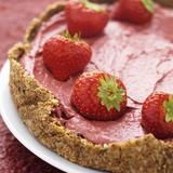 Hallonmoussetårta med jordgubbar