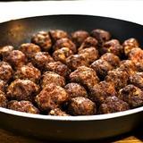 Hemgjorda köttbullar med potatis och lingonsylt