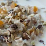 Bovetegröt med linfrön rostade pumpafrön, solroskärnor, nötter och torkade aprikoser