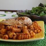 Fylld kycklingfilé med pasta och röd pesto