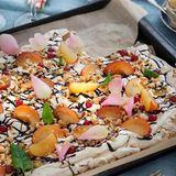 Marängtårta med fruktig topping och chokladsås