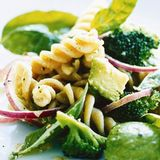 Fusilli med broccoli och avocado