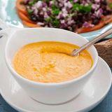 Guldsoppa med varmt bröd och tomatsallad