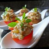 Örtfyllda tomater med kaprisbuljong