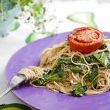 Pasta med solrospesto och bakade körsbärstomater