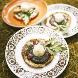 Plättar med svarttahini och quinoakaviar