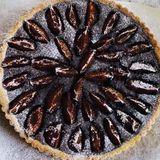 Plommon- & mandelchokladpaj med vaniljcrème fraîche