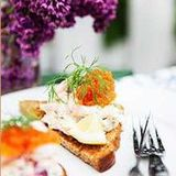 Toast Skagen med avokado och stenbitsrom