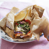 Torskpaket med potatis, tomat, rödlök och örter
